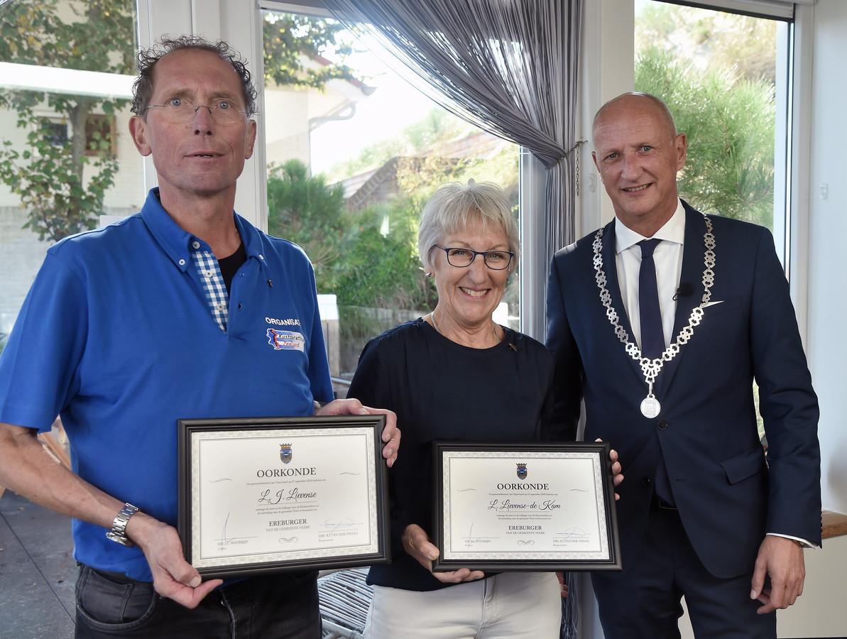 Lein en Lenie Lievense met de oorkonde die ze kregen van burgemeester Van der Zwaag.