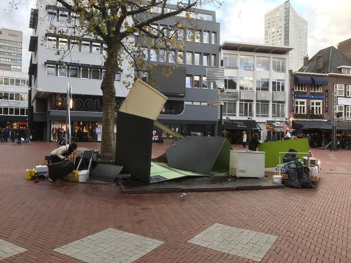 Loempiakraam op de Markt in Eindhoven is niet bestand tegen de harde wind.