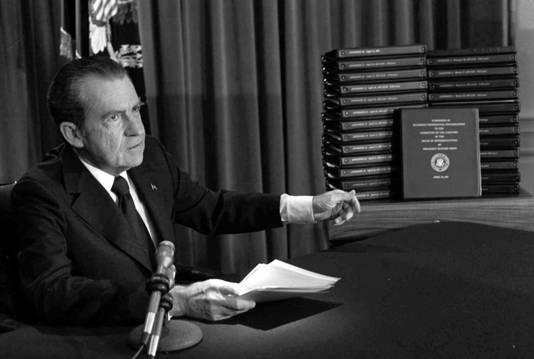 Richard Nixon koos in 1964 eieren voor zijn geld meteen nadat het Huis van Afgevaardigden een afzettingsprocedure had afgetrapt. Hij stapte uit eigen beweging op voordat het Congres hem naar huis kon sturen wegens de Watergate-affaire.