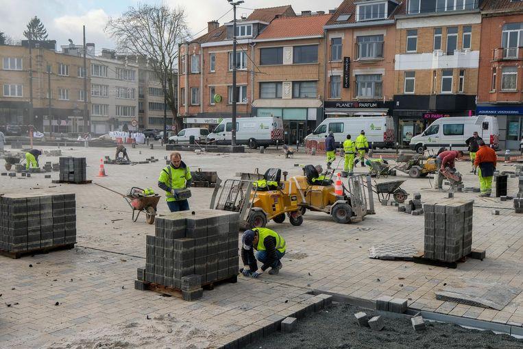 Alle hens aan dek! Met 80 arbeiders wordt koortsachtig gewerkt om het Dumonplein tegen donderdag af te werken.