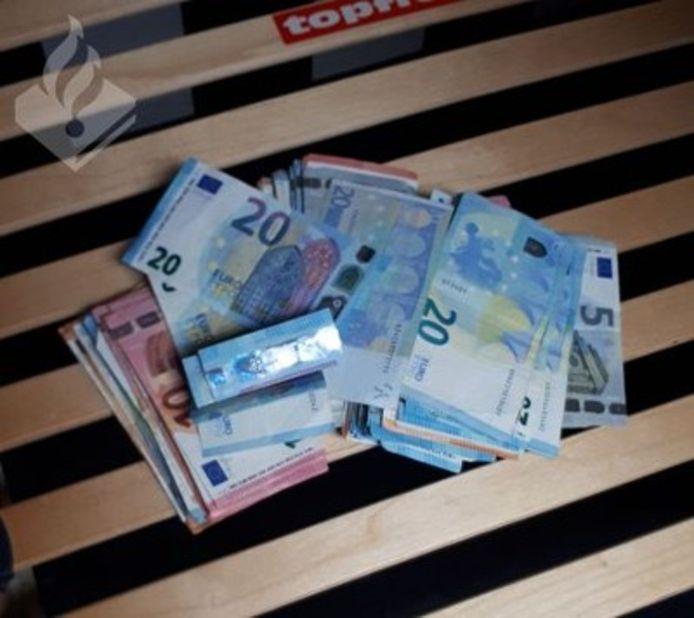 Ook werd er ongeveer 12.000 euro cash en verdovende middelen aangetroffen in een woning.