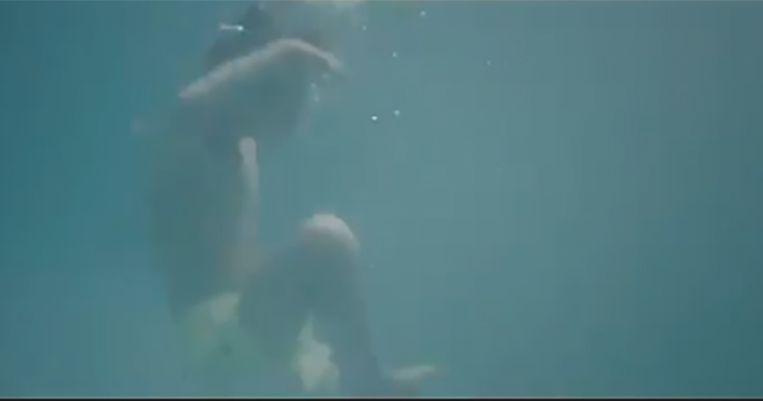 In het filmpje is te zien hoe een ALS-patiënt toekijkt terwijl een kind aan het verdrinken is.