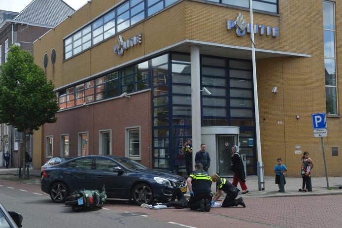 Het ongeluk gebeurde voor de ingang van politiebureau Hoefkade