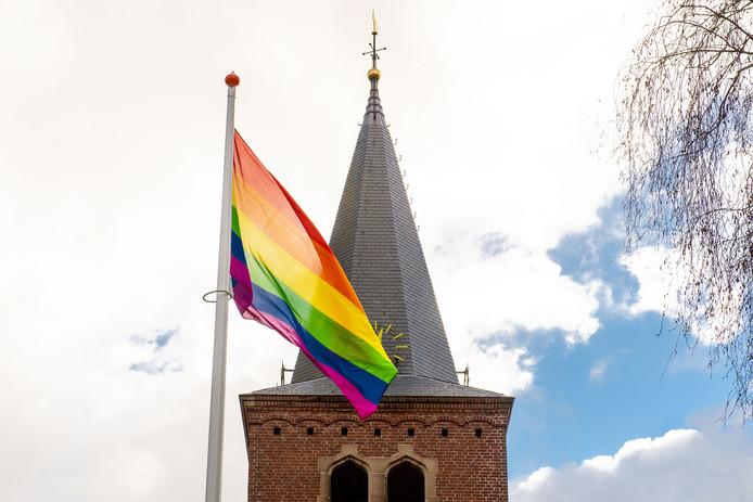 De protestante kerk aan de Varviksingel heeft de regenboogvlag gehesen.