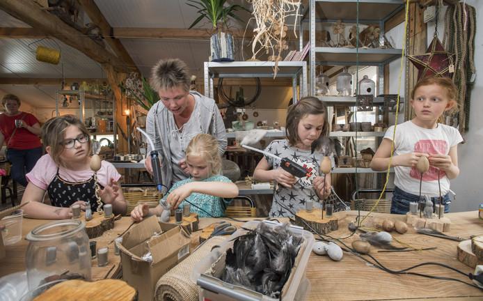 Leerlingen van de basisschool bezochten vorig jaar onder andere het houtbewerkingsbedrijf van Remco Rensen aan de Espelodijk.