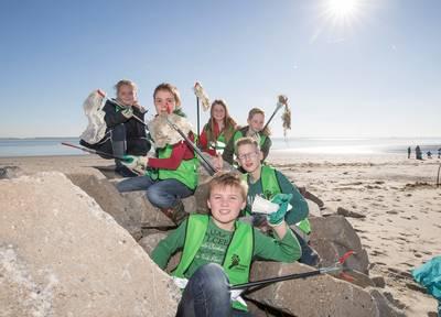 Kinderen van de Koelmanschool in Goes maken het strandje bij Baarland schoon