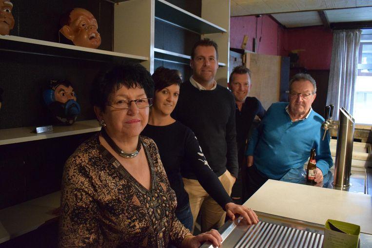 Elsy Vercauter, met Evy, Dieter, Nico en Wimpie achter de toog van het leegstaand café.