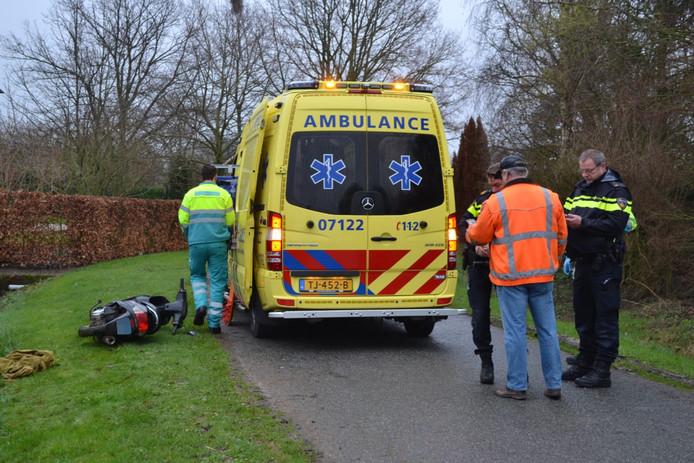 Hulpverlening na het scooterongeluk in Gendt.