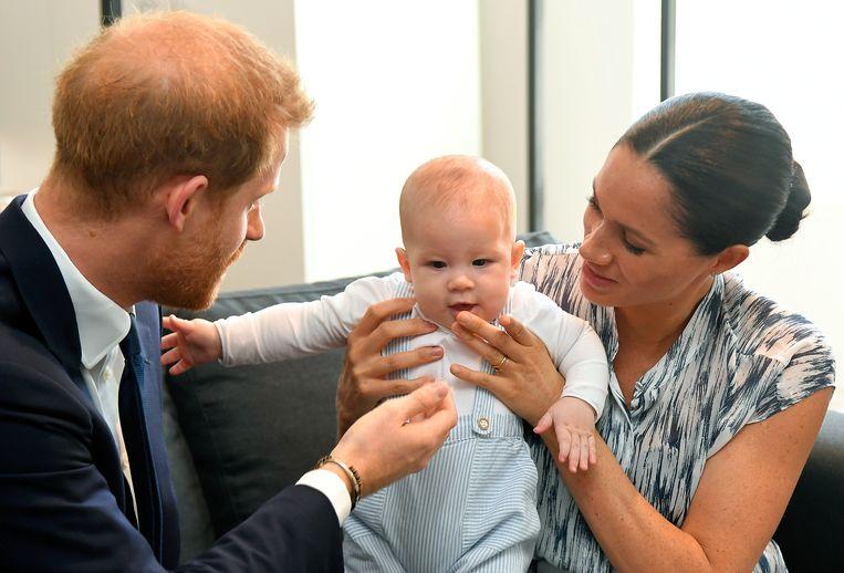 Prins Harry en zijn vrouw Meghan tonen hun zoontje Archie voor het eerst in volle glorie.