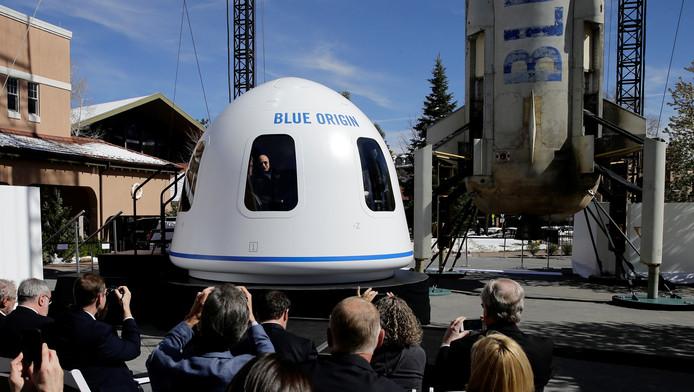 Jeff Bezos presenteert zijn ruimtecapsule op een beurs in Colorado Springs.