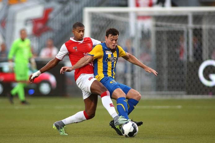 FC Oss-spits Tom Boere (rechts) weet MVV Maastricht-verdediger Steven Pereira in zijn rug.