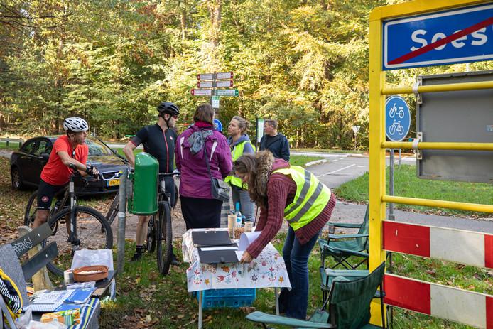 Meike van de Linde (staand bij de tafel) voerde dit weekeinde actie op het fietspad tussen Soest en Hiversum weer open te krijgen.