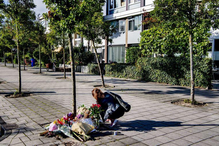 Bloemen voor de woning van de woensdag vermoorde advocaat Derk Wiersum. De raadsman van kroongetuige Nabil B. werd op straat in Amsterdam-Buitenveldert geliquideerd. Beeld ANP