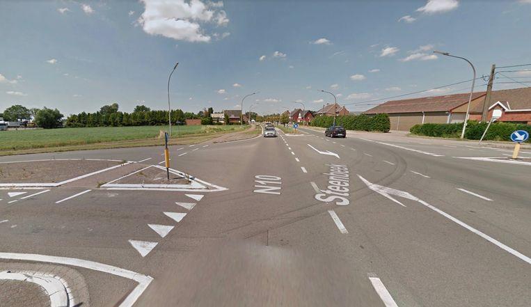 Het ongeval gebeurde ter hoogte van het kruispunt van de N10 met de Steenbeek