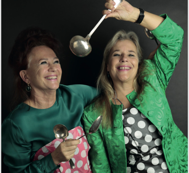 Pauline Dekker (links) en Wanda de Kanter, longartsen met kookangst die een kookboek uitbrengen.