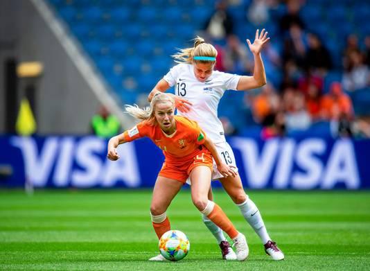 Jackie Groenen in duel met Rosie White van Nieuw-Zeeland.