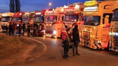 90 vrachtwagens met lichtjes versierd