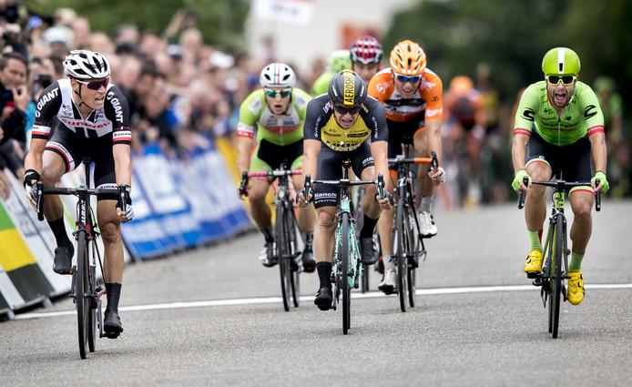 Ramon Sinkeldam (links) pakt de Nederlandse titel in Montferland door Wouter Wippert (rechts) net voor te blijven.