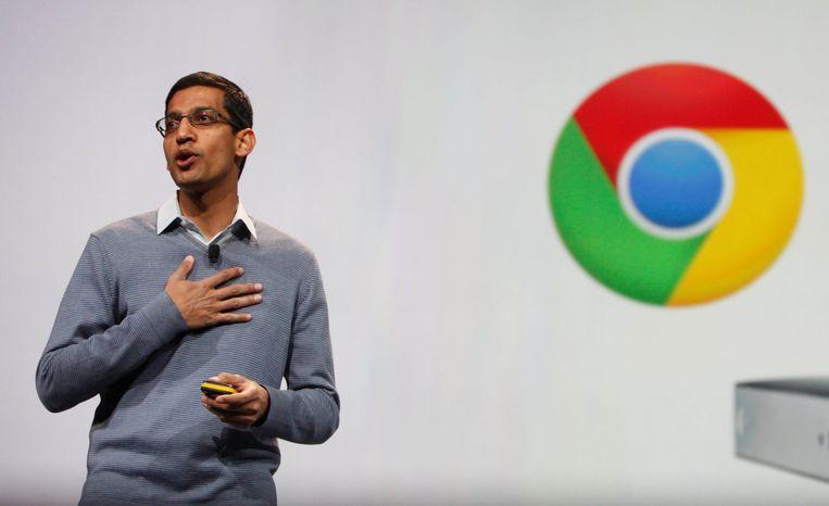 Googlebaas Sundar Pichai voor het Chrome-logo.