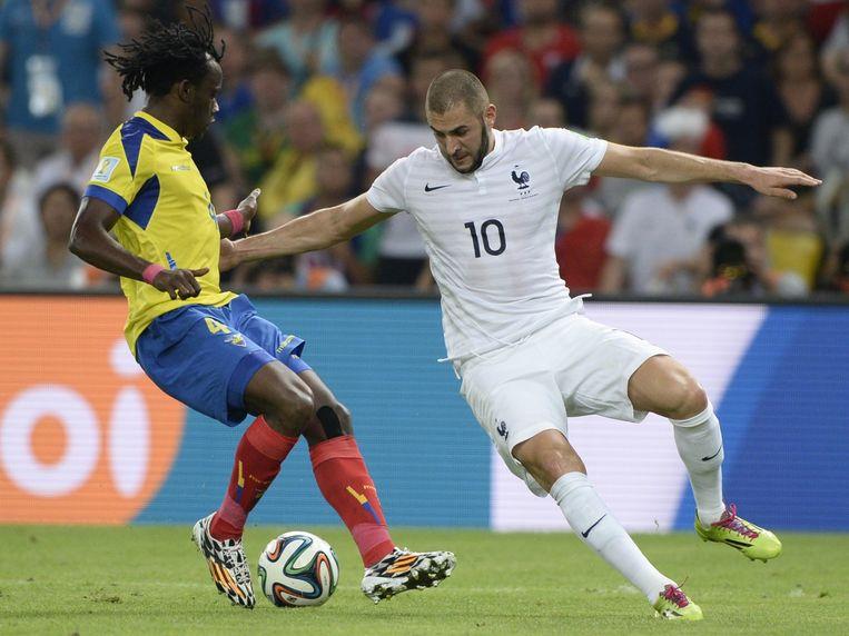 De Franse aanvaller Karim Benzema in gevecht met Paredes van Ecuador. Beeld afp