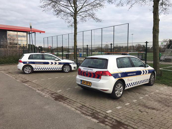 De auto's van de handhavers bij voetbalclub DVOL in Lent waar veel jongeren hingen. Foto ter illustratie.