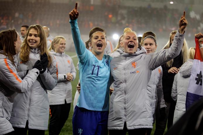 Lieke Martens (11) is het stralende middelpunt van het Oranje-feestje.