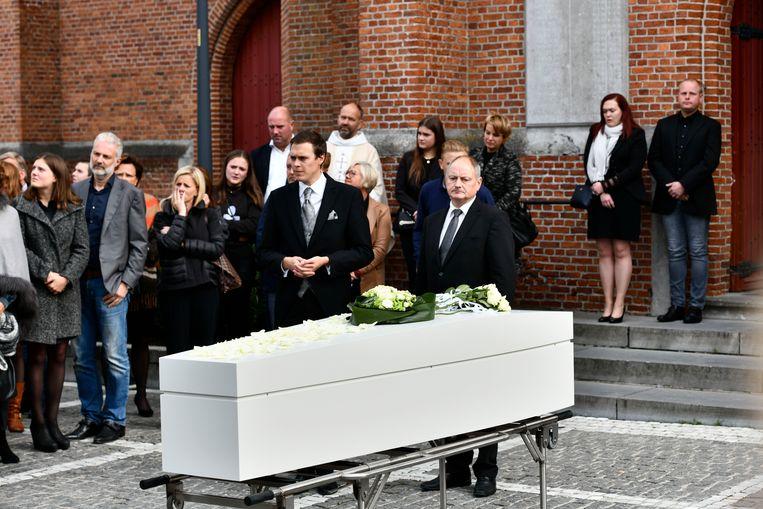 Charlotte werd in een witte kist de kerk binnengedragen.