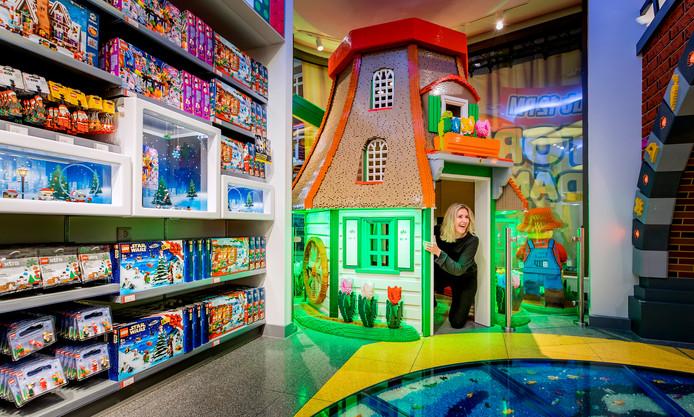 De lego-winkel in Amsterdam, met ook daar grote gebouwen gemaakt van legoblokjes.