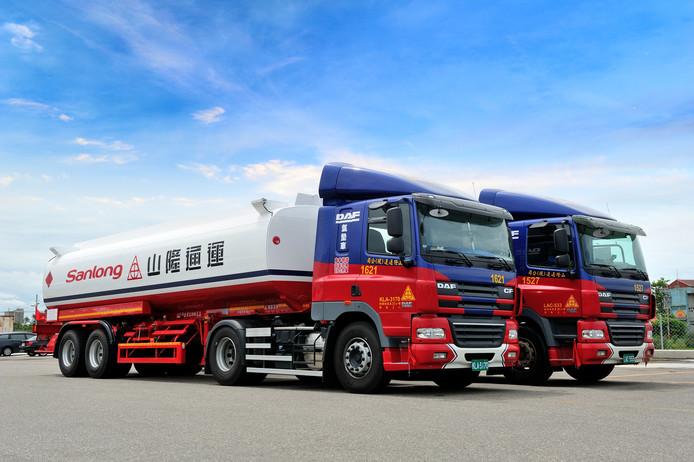 De 5000e in Taiwan gebouwde DAF-truck - op de voorgrond - werd afgeleverd aan de Aziatische papierreus Sanlong.