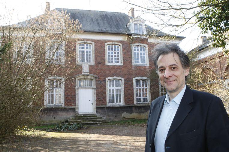 Burgemeester Rudi Beeken voor de pastorie.