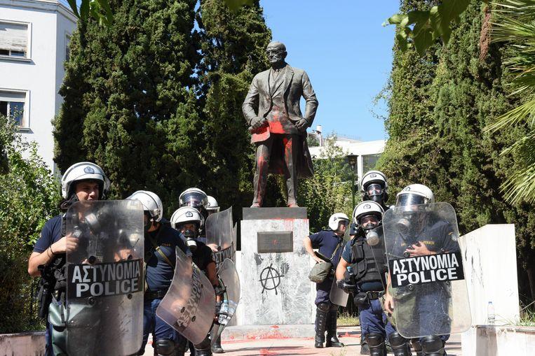 Het standbeeld van de voormalige Amerikaanse president Harry Truman werd door betogers met rode verf beklad.