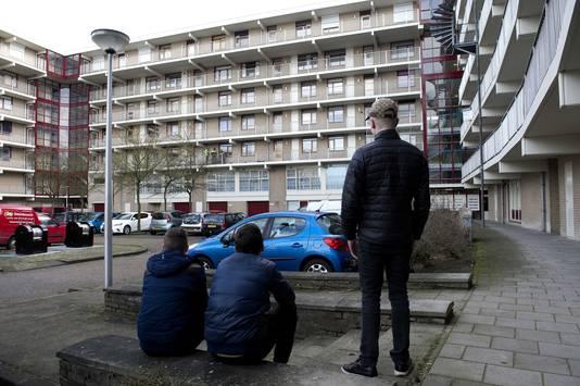 Omstanders bij een woning aan de Zeswegenlaan waar een 7-jarig jongetje dood is aangetroffen.