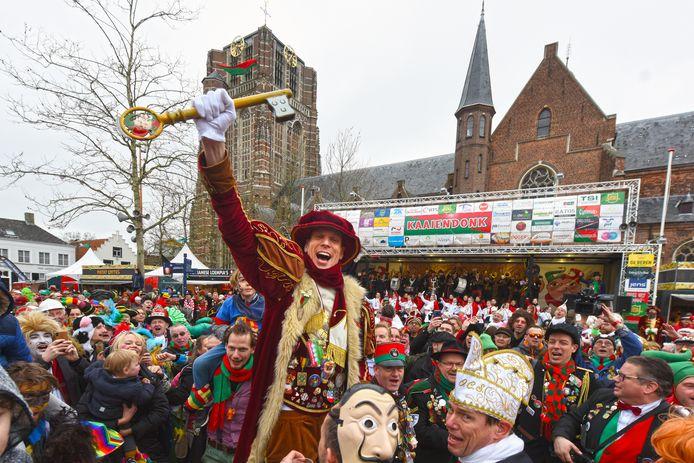 OOSTERHOUT - Pix4Profs/Casper van Aggelen - De sleutel van de stad is voor het volk! Prins Mienus 14 van Kaaiendonk toont hem trots tussen het volk op de Markt.