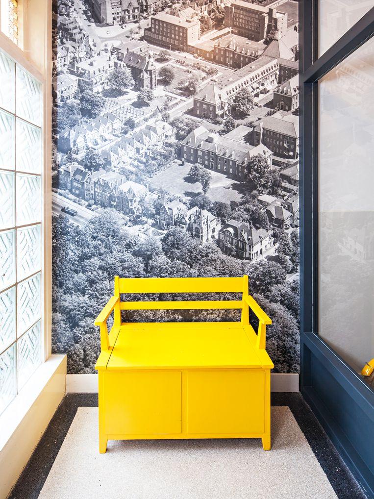 Foto - 'We hebben de muur in onze hal behangen met een foto van ons huis uit 1947. Het is bij binnenkomst een behoorlijk grote foto die direct de aandacht vraagt, maar ik vind het leuk om een stukje historie te verwerken in het huis.' Beeld Wouter Stelwagen
