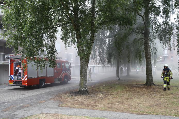 Bij de brand in een flat aan de Van Ummenstraat kwam veel rook vrij.