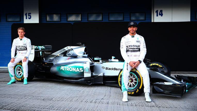 Nico Rosberg en Lewis Hamilton pronken fier bij hun nagelnieuwe Mercedes.