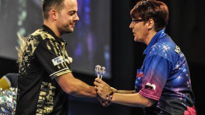 """Nederlander Dekker wint historisch duel op WK darts: """"Het was mentaal zwaar, niemand gaat ervan uit dat ik van een vrouw verlies"""""""