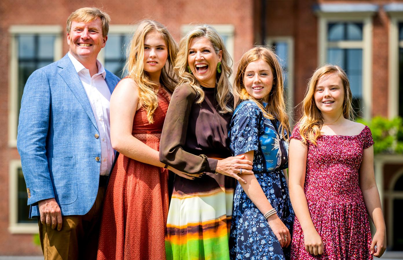 Koning Willem-Alexander, koningin Máxima en prinsessen Amalia, Alexia en Ariane tijdens de jaarlijkse koninklijke fotosessie in de tuin van Paleis Huis ten Bosch.