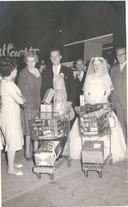 Twee winkelwagentjes met prijzen voor het gelukkige 'Hart van Brabant-bruidspaar' in 1959.