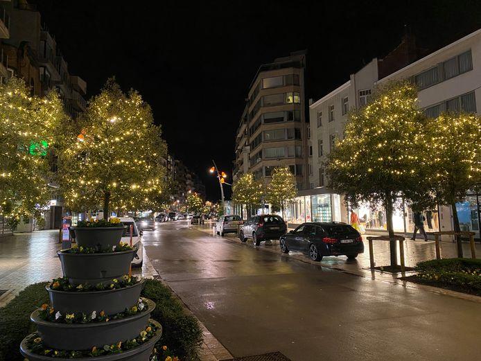 Zo zag de Zeelaan er vorig jaar uit, vanaf vrijdag gaan de kerstlichtjes opnieuw aan.
