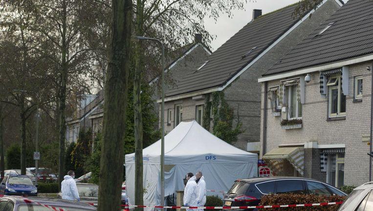 De technische recherche onderzoekt de auto waarin Patrick Brisban dood werd aangetroffen. Beeld anp
