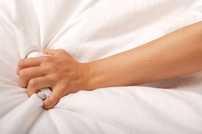 """Chloé De Bie: """"""""Mensen vergeten dat de vagina vooral een baringskanaal is. Er zitten weinig genotsreceptoren, dus het is niet makkelijk om dankzij penetratie een orgasme te bereiken. Dat gebeurt vooral als je de clitoris en andere gevoelige spots stimuleert."""""""