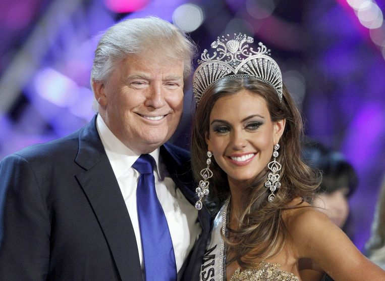 Donald Trump poseert in 2013 met Miss Connecticut. De miljardair is mede-organisator van de lucratieve Miss USA en Miss Universe-verkiezing. Beeld reuters