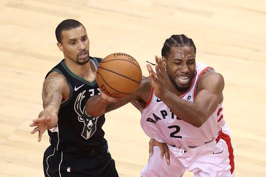 George Hill (links) van Milwaukee Bucks in duel met Kawhi Leonard.