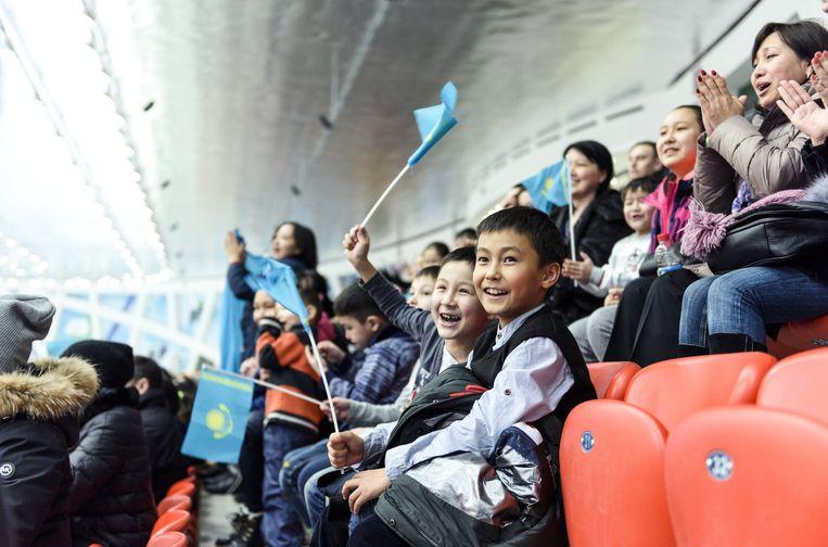 Toeschouwers in de ijshal van Kazachstan. Beeld Marije Kuiper