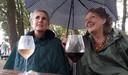 Erica (links) en Ellen genieten van Tuckerville, ondanks de regen