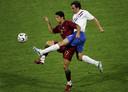 Joris Mathijsen in duel met Cristiano Ronaldo op het WK van 2006.