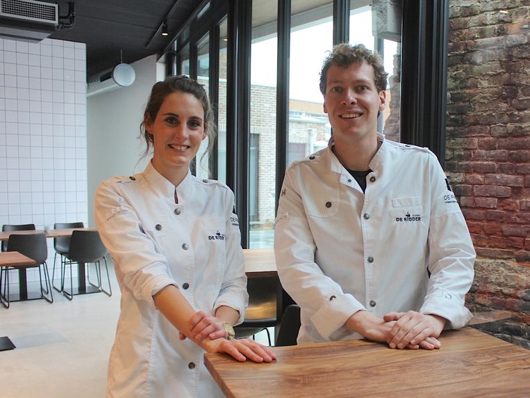 Chef-kok Helena Creytens en slager/schepen Matthias De Ridder in De Frigo.