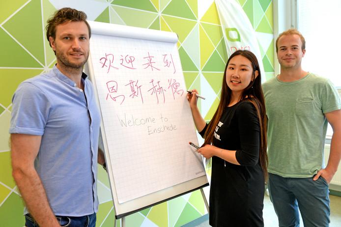 Hubert Nijmeijer (links), Yitong Xue en Tom Groeneveld hebben adviezen voor Enschede hoe de stad Chinese toeristen kan trekken.