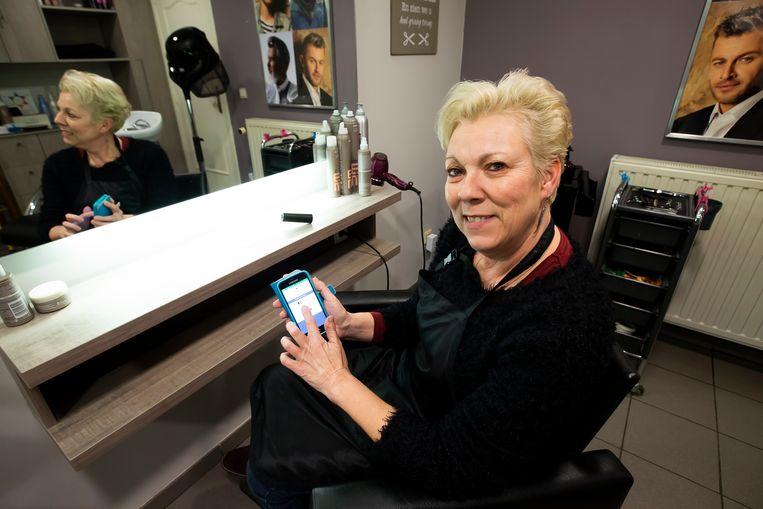 """Kapster Tania Van Overloop uit Hoogstraten gebruikt de app. """"Hiervoor heb ik cursus gevolgd."""""""